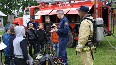 Пожарные всегда были героями для ребят