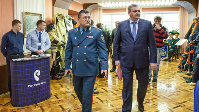Алексей Алсуфьев и Шахобиддин Ваккосов осматривают выставку спасательного оборудования