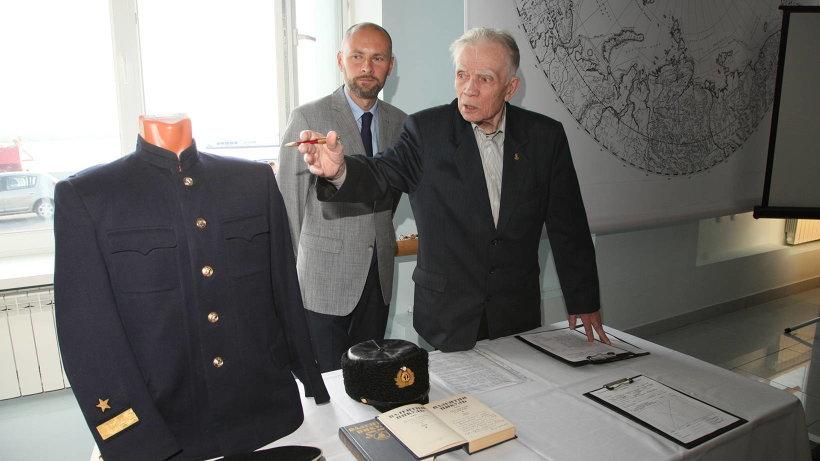 Юнга Игорь Матвеев из Москвы передал в подарок музею 47 фрагментов формы