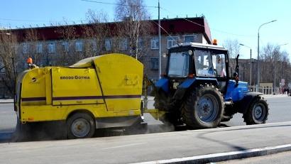 На улицах областного центра работает шведская техника – буксируемые подметальные машины