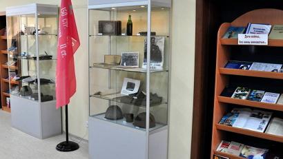 В комнате боевой славы представлены экспонаты военных лет, собранные студентами и выпускниками университета, поисковиками и жителями Архангельска