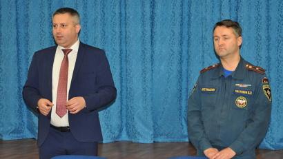 Министр образования и науки Игорь Скубенко и начальник пресс-службы регионального МЧС Дмитрий Чистяков проводят урок безопасности