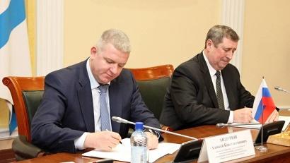 Подписи под документом поставили заместитель губернатора области Алексей Андронов и заместитель премьер-министра Республики Беларусь Михаил Русый