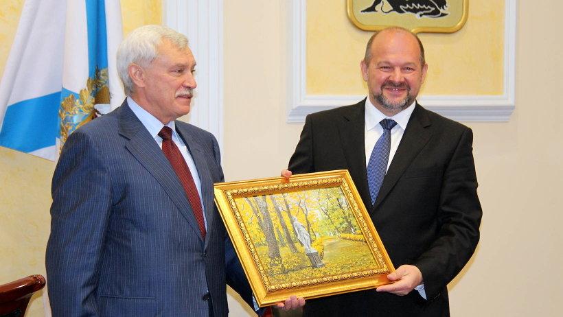 Георгий Полтавченко вручил Игорю Орлову картину с изображением Летнего сада северной столицы
