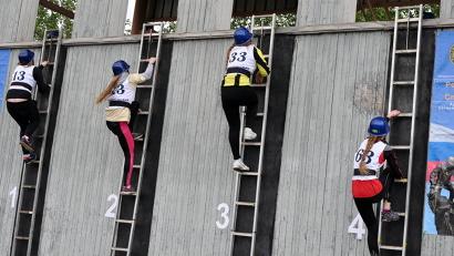 Чуть более десяти секунд требуется старшеклассникам, чтобы подняться по штурмовой лестнице
