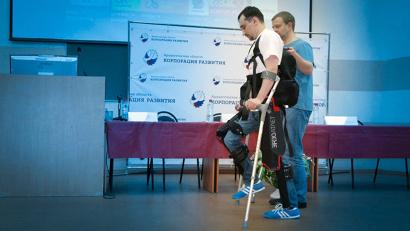 Экзоскелет «ЭкзоАтлет» – это своего рода внешний каркас, который позволяет двигаться людям с нарушением двигательных функций ног