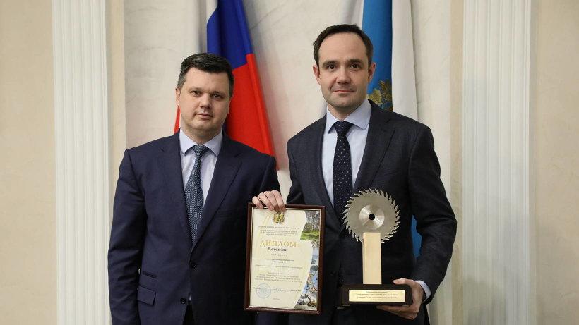 Награду получил Дмитрий Крылов (на фото справа), директор ЗАО «Лесозавод 25». Фото пресс-службы губернатора и правительства Архангельской области