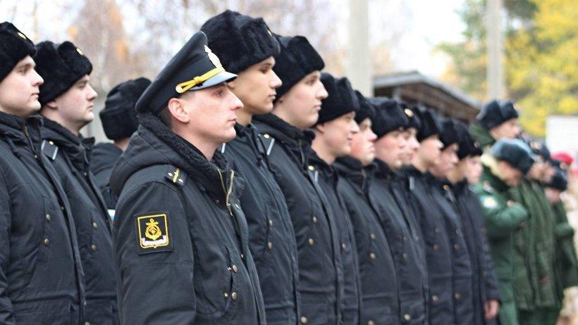 На торжественном построении собрались 47 рядовых, почётные гости, сотрудники областного военного комиссариата, родители
