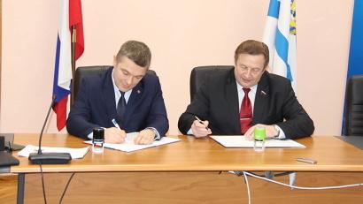 Соглашение подписали председатель Общественной палаты Александр Андреев и председатель облизбиркома Андрей Контиевский