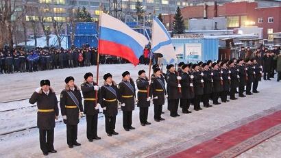 Торжественная церемония поднятия российского военно-морского флага на заводском причале