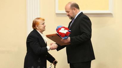 Дочь командира отделения взвода разведки Романа Созонова Тамара Зайцева получает копии приказов о награждении отца