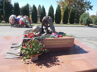 Памятник в центре Беслана в память о бойцах спецподразделений России, погибших при освобождении заложников