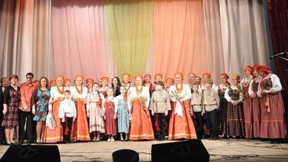 Участники акции «Большой круг» на сцене Шенкурского Дворца культуры и спорта
