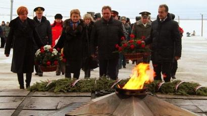 Возложение цветов –  дань памяти всем защитникам Отечества