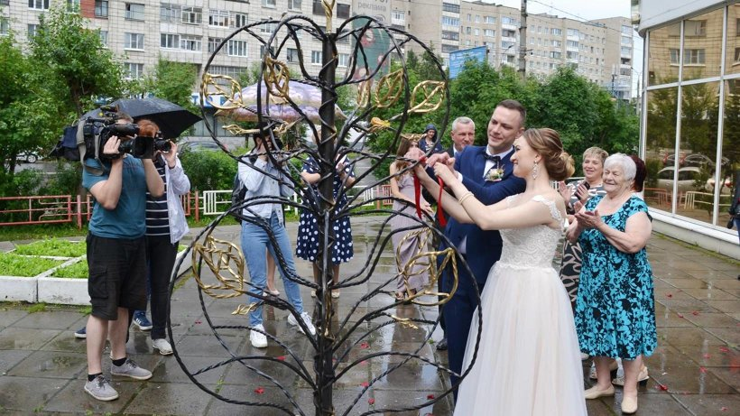 Открыть «Дерево любви» и первыми повязать на него ленточку выпала честь новобрачным Николаю и Яне Бабушкиным