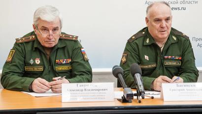 Начальник отдела призыва военкомата Александр Гаврилюк и военный комиссар Архангельской области Григорий Багинский