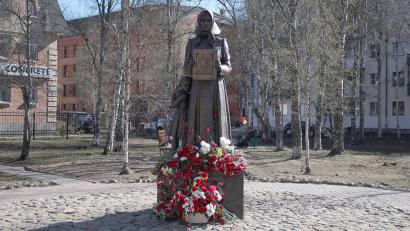 Памятник занял почётное место в сквере Победы, на месте домов, разрушенных бомбежкам