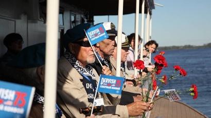 Рядом – советские моряки, английские, американцы, их родные, близкие, друзья