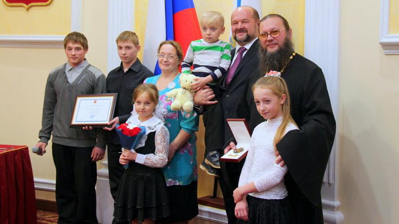 Игорь Орлов с многодетной семьёй Кобылиных