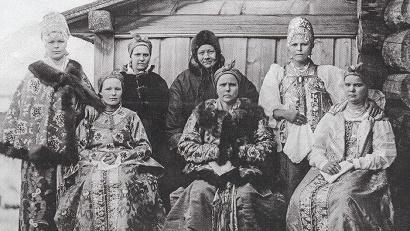 Книга содержит описания и фотографии подлинных северных девичьих, женских и мужских головных уборов