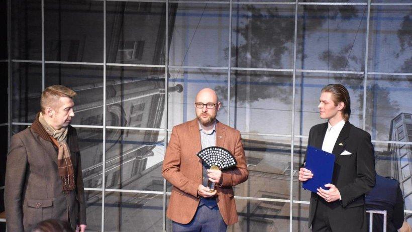 Символ в руках директора Архангельского театра драмы им. М.В. Ломоносова  Сергея Самодова