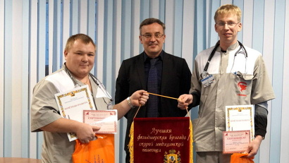 Замминистра Алексей Крюков вручает переходящий вымпел победителям конкурса